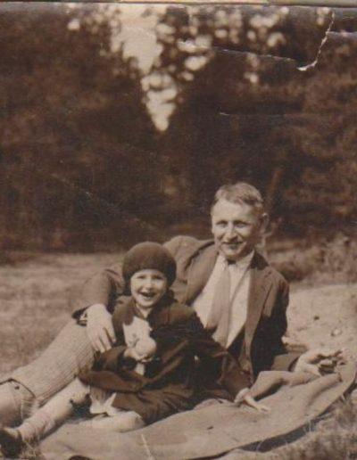 1931 Kaune, Sruogaite su obuoliuku, Sruoga-min
