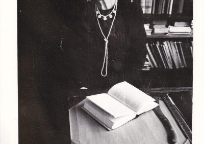 Kuriant muziejų, perduodant dalį bibliotekos, Mykoalitienė prie Putino darbo stalo, apie 1980 m.